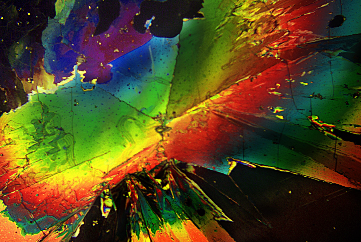 Schwefelkristalle im polarisierten Licht