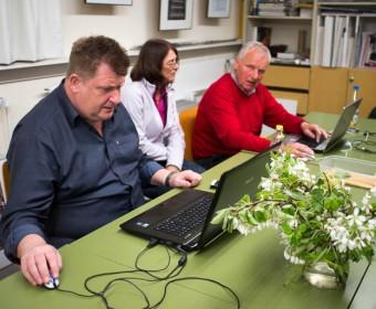 Stefan, Rita und Bernhard bei der Bildauswahl