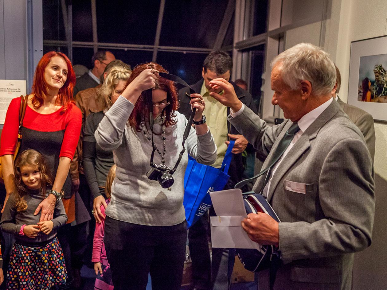 Übergabe der gewonnenen Kamera an Kindergärtnerin Frau Sauter