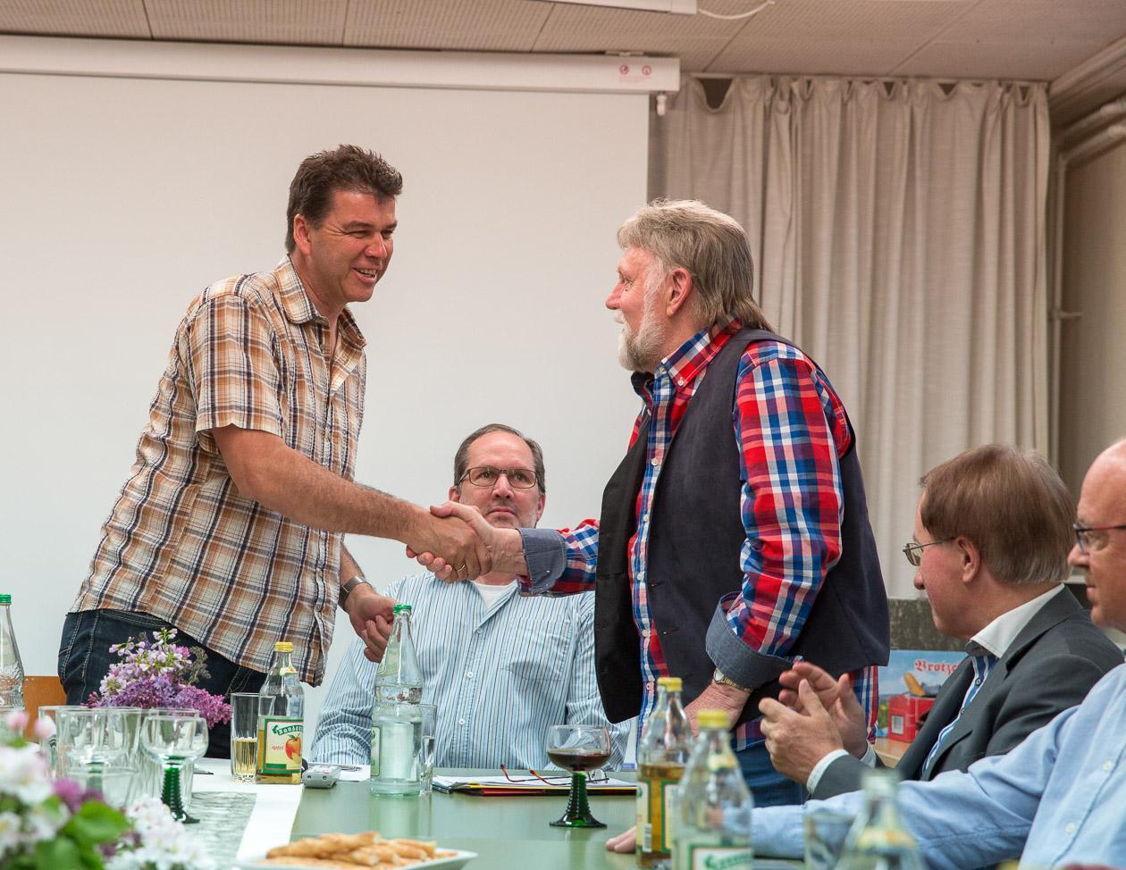 Uwe Neumann dankt Norbert Sand für seine langjährige Tätigkeit als Kassenwart