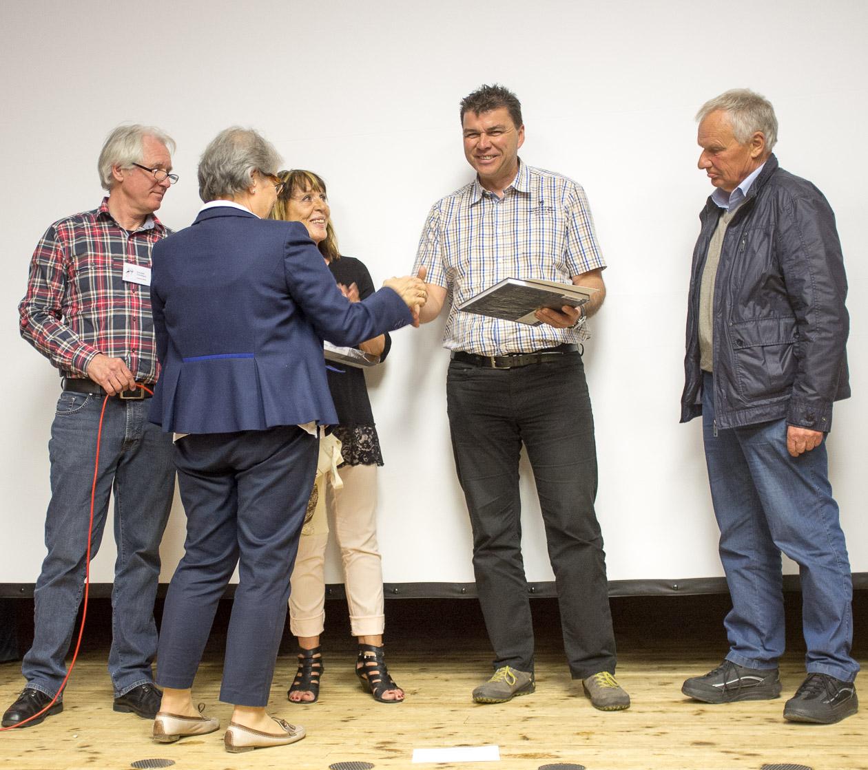 Uwe Neumann nimmt stellvertretend für Claudia Birkenmayer die Urkunde für den zweiten Platz in der Einzelwertung entgegen.