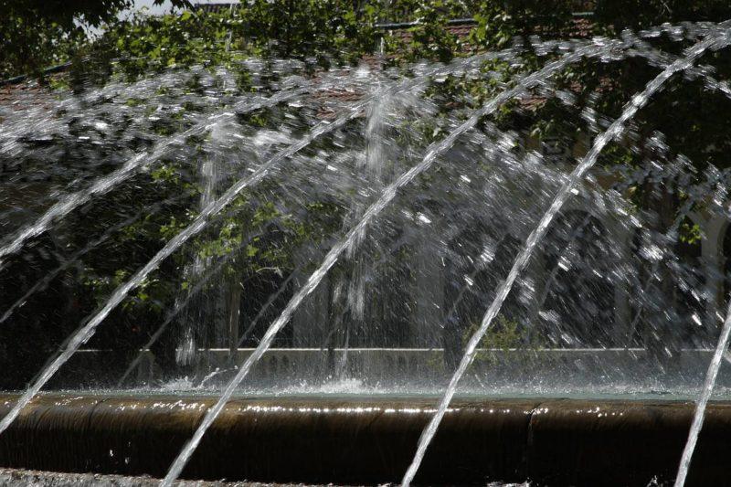Wassertropfen auf Kollisionskurs