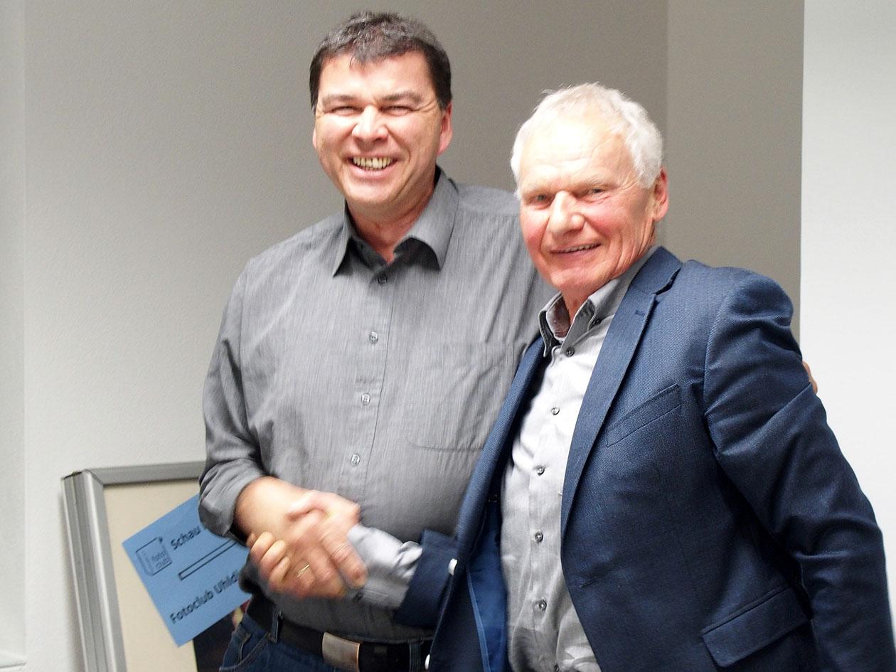 Bernhard Waurick gratuliert Uwe Neumann zur Wahl