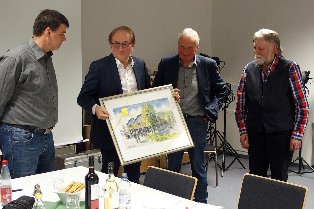 Bürgermeister Lamm mit dem Aquarell der Tourist-Info von Norbert Sand