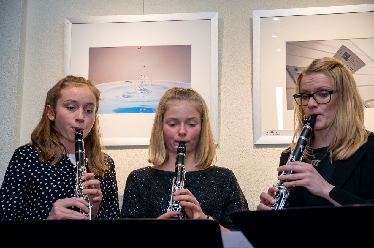 Die Leiterin der Musikschule Claudia Jope mit Lina Dietrich und Lydia Häring