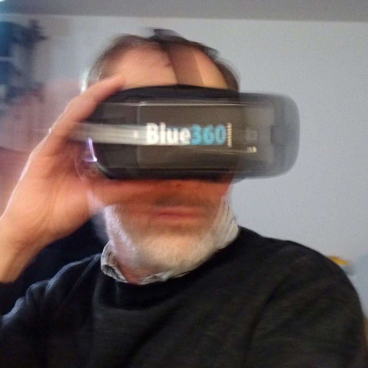 Reiner mit Smartphone-Goggle beim Betrachten der Panoramen