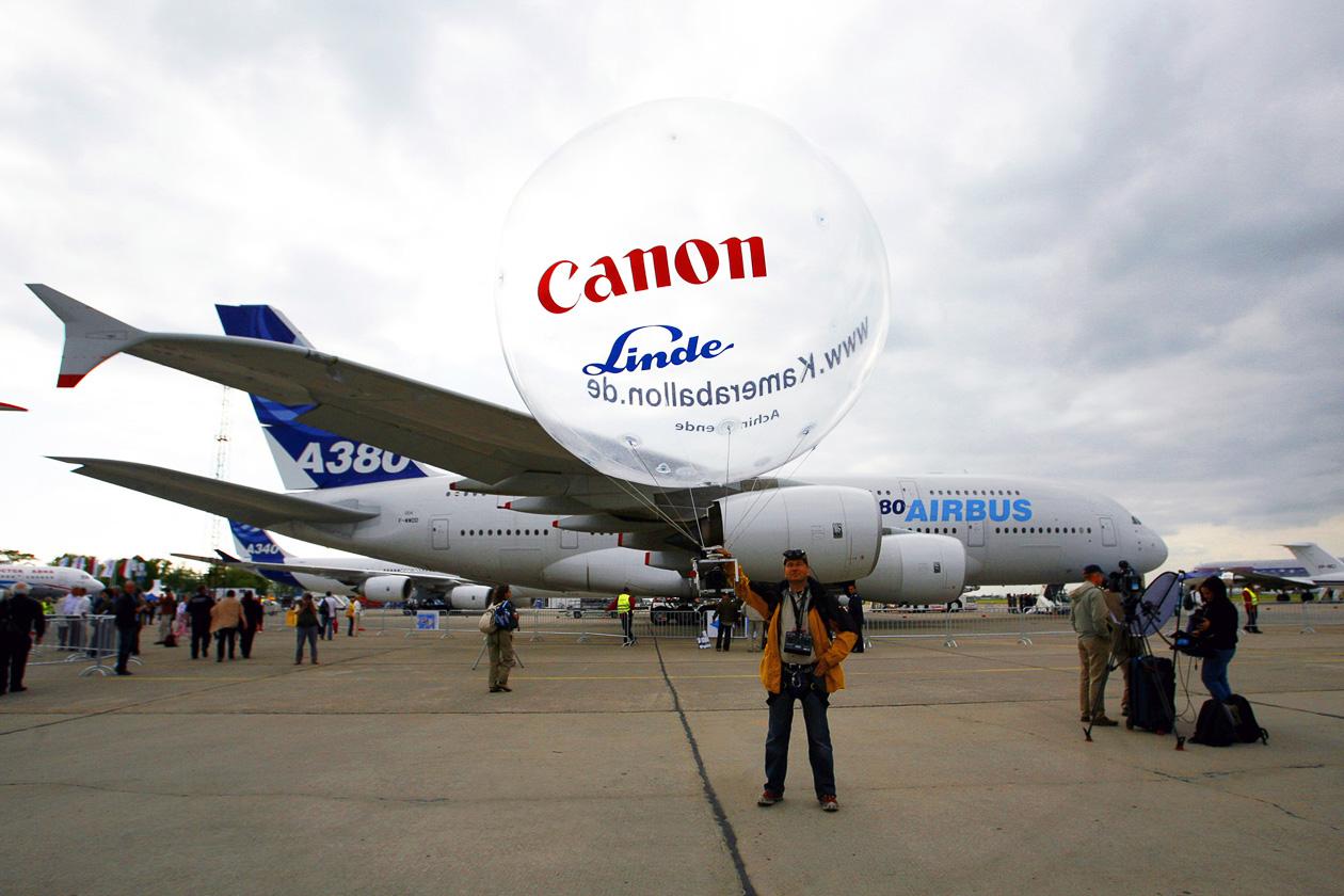 Achim Mende mit Kameraballon