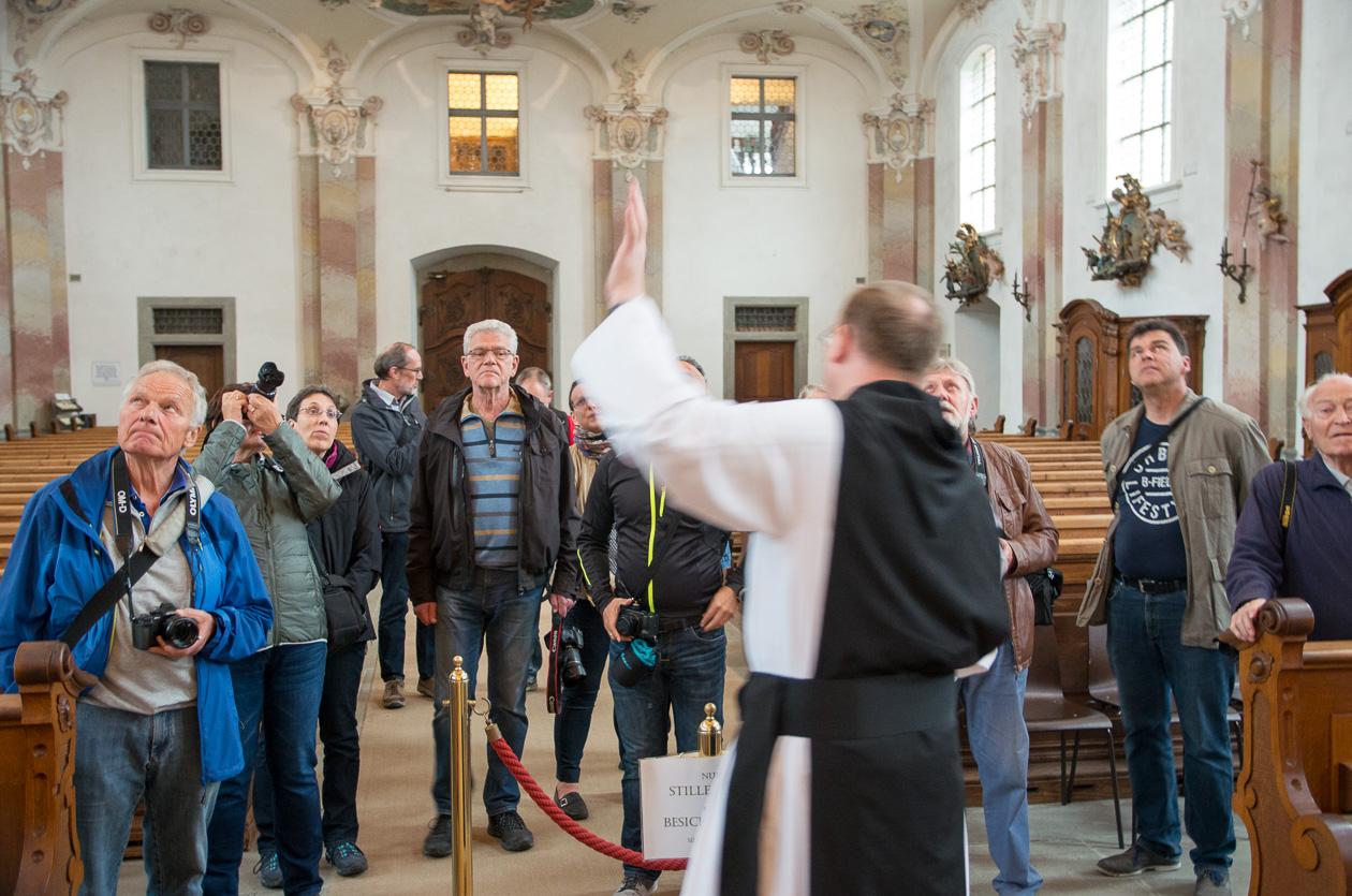 Pater Prior Johannes Brügger führt durch die Wallfahrtskirche