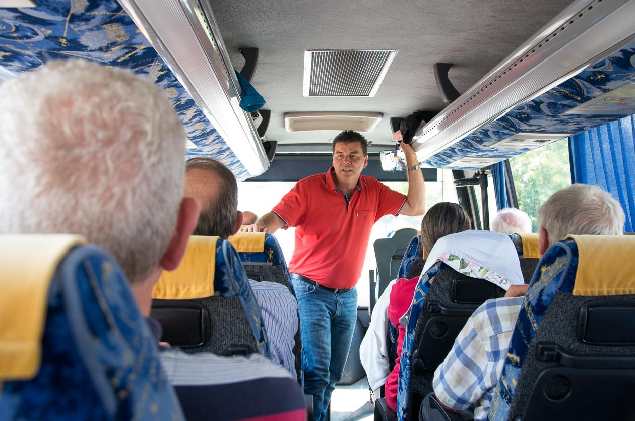 Uwe begrüßt die Fotocluber im Bus