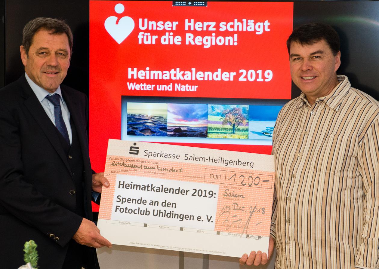Herr Knäple und Uwe Neumann bei der Scheckübergabe