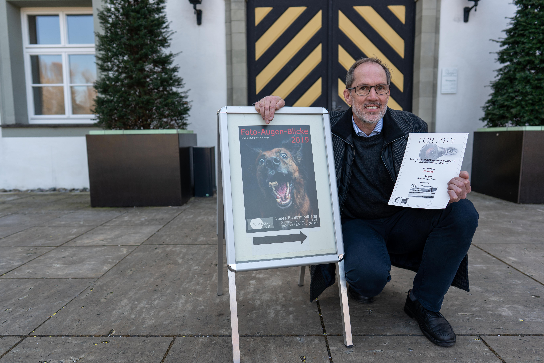 Der Preisträger Reiner Böschen mit der Siegerurkunde